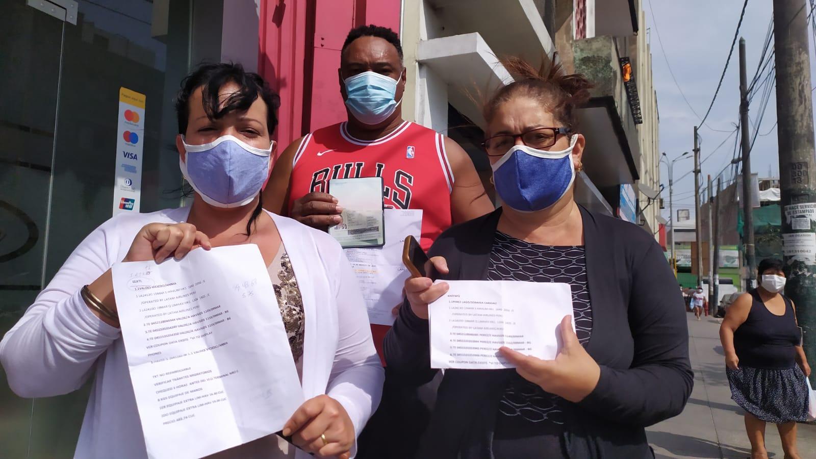 Annia, Zoraida y Alexis muestran sus tickets de reprogramación de Latam que fue nuevamente cancelado. Foto: Luis Enrique Pérez / Convoca.pe