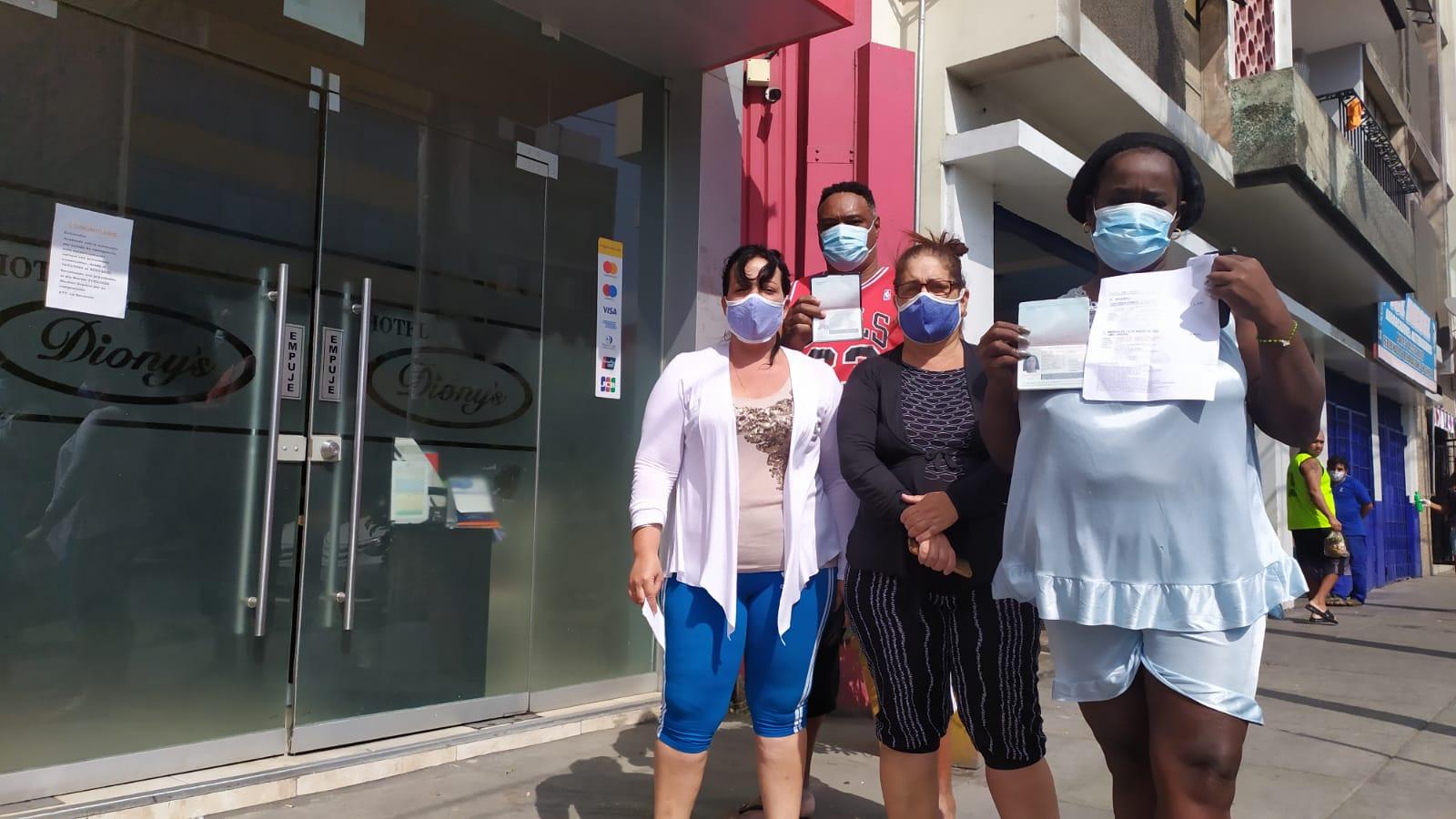 Annia, Zoraida, Yuneikis y Alex en las afuerasde un hotel en La Victoria. Foto: Luis Enrique Pérez/Convoca.pe